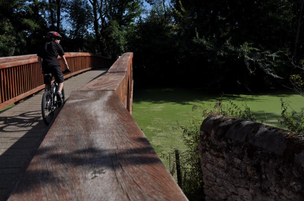 Le petit pont de bois au dessus du Beuvron