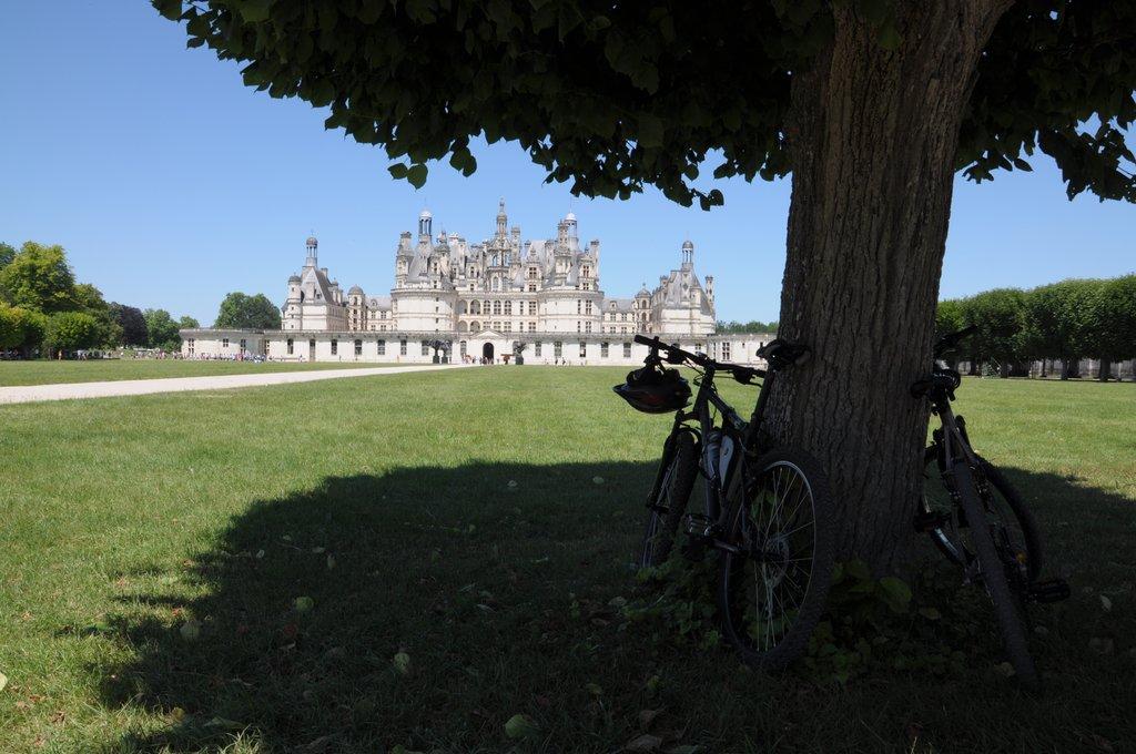 Les vélos se reposent et admirent le château