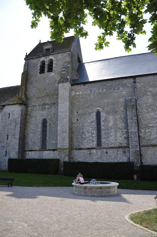 La fontaine au pied de l'église paroissiale Notre Dame