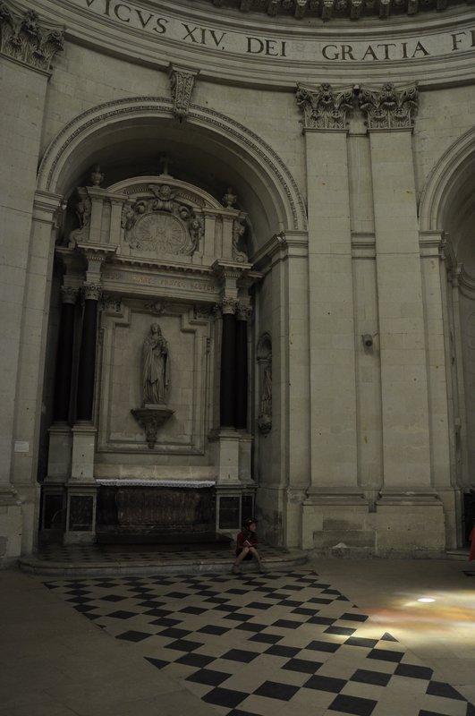Minna rédige le carnet sous le dôme de Notre Dame des Ardilliers