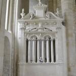 Minna (le lapin) coincée entre 2 colonnes