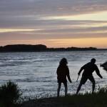 Minna et Stoumik font des ricochets sur la Loire